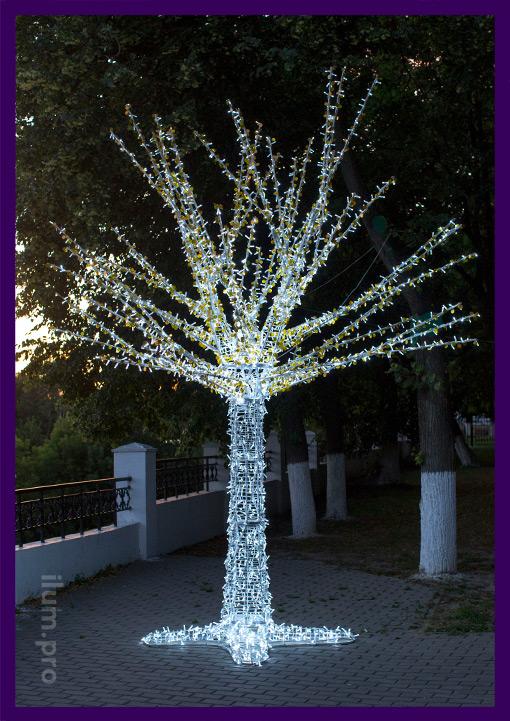 Белое светящееся дерево из металлического каркаса и гирлянд