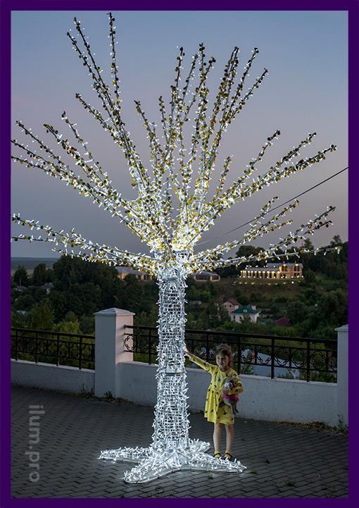Девочка фотографируется со светодиодным деревом во Владимире