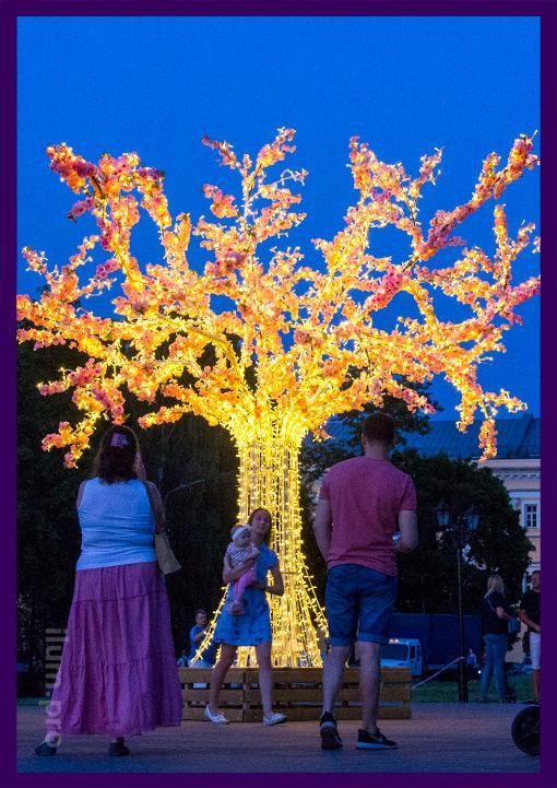 Городское праздничное украшение улицы с подсветкой гирляндами