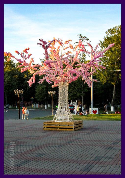 Уличное световое дерево из металла с розовыми цветами, гирляндами и лавочкой