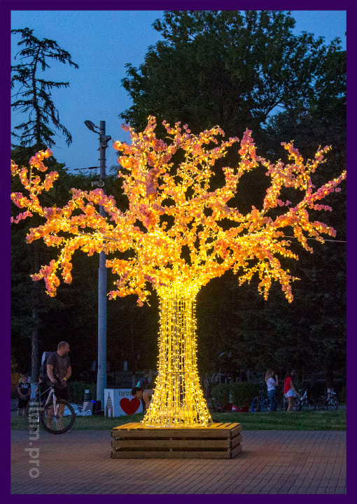 Дерево из гирлянд на металлическом каркасе на Соборной площади Владимира
