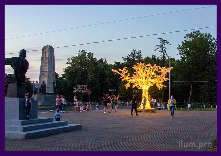 Подсветка площади города деревьями с гирляндами