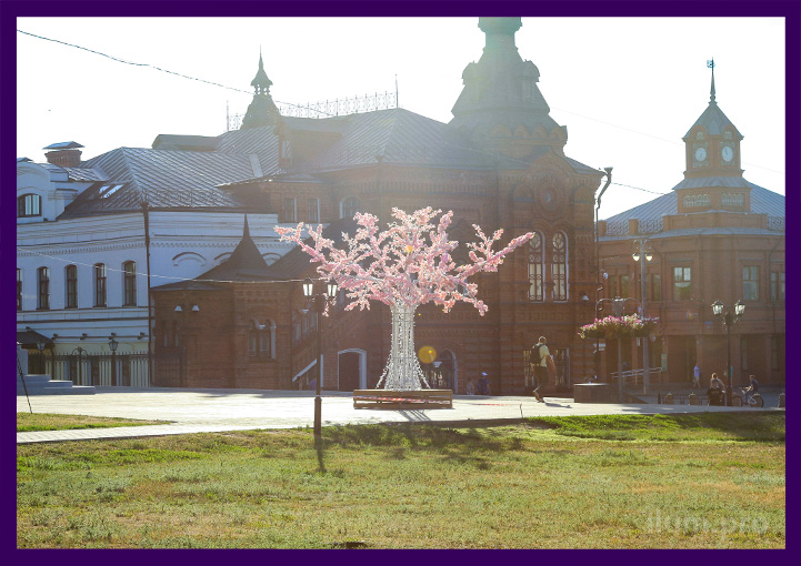 Фотозона сакура с лавочкой на площади Владимира
