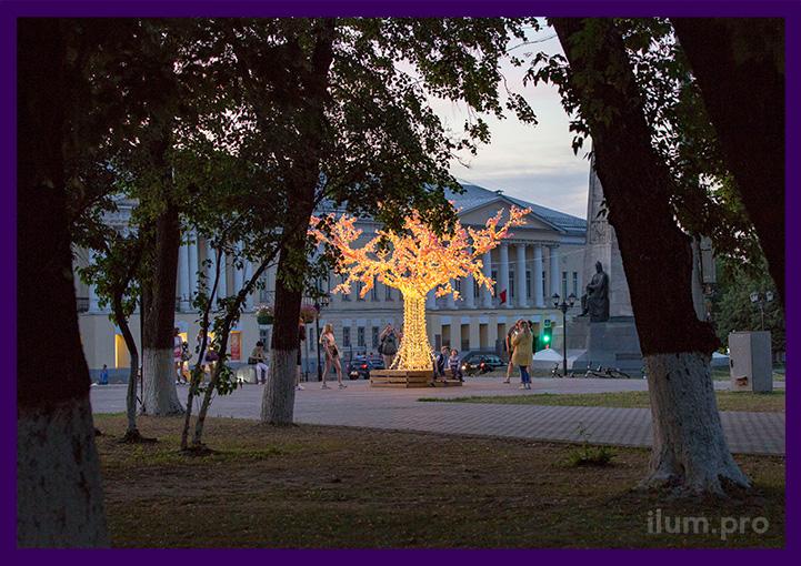 Дерево светодиодное с гирляндами и лавочкой на площади