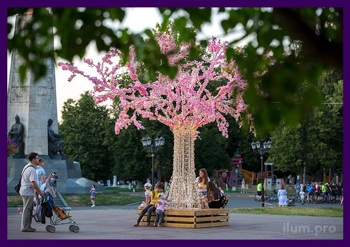 Металлическое дерево с гирляндами и искусственными цветами