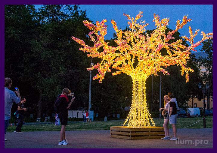 Украшение площади световыми деревьями на праздники