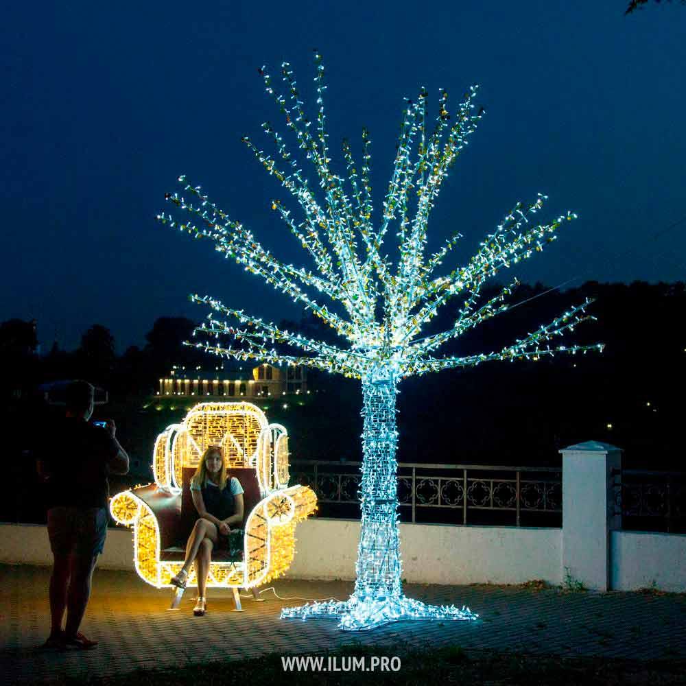Фотозона с подсветкой «Кресло и дерево» в парке