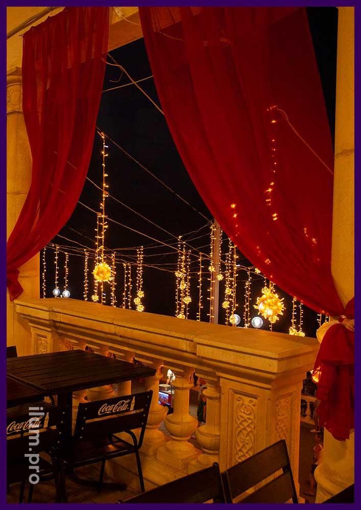 Вид из окна ресторана на светодиодную иллюминацию