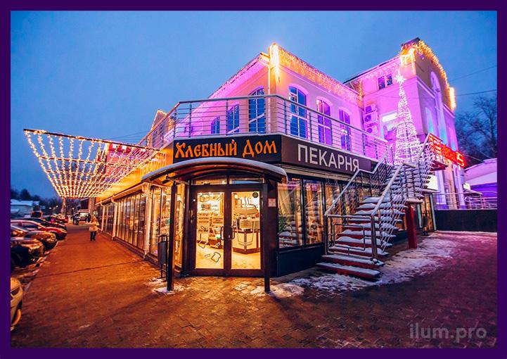 Украшение фасада торгового центра гирляндами к Новому году