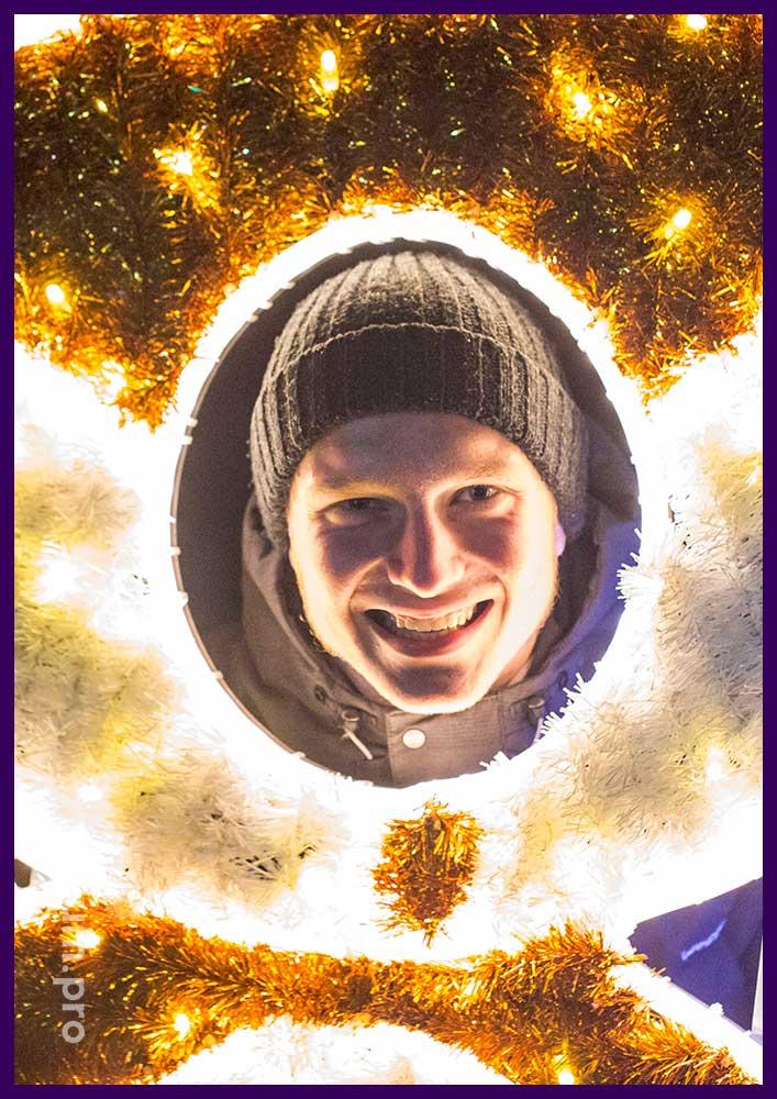 Фотозона тантамареска с мишурой и гирляндами на Новый год
