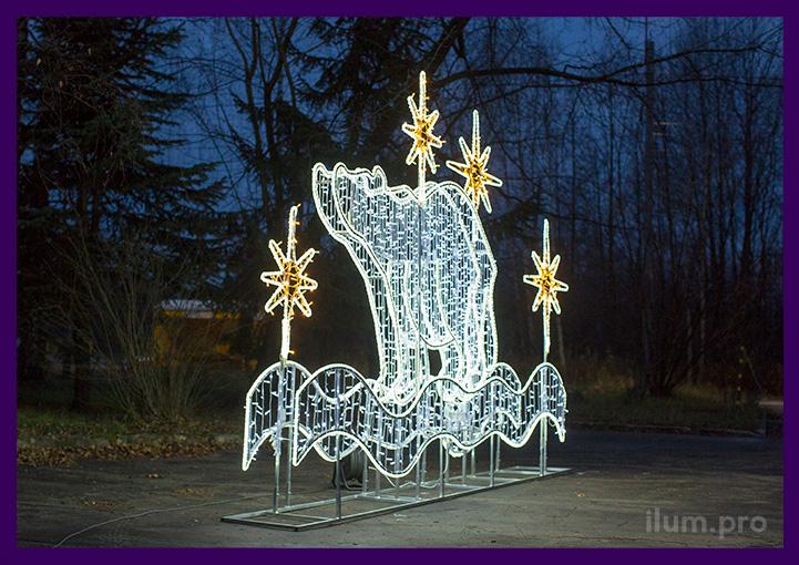 Фотозона уличная с белым медведем и иллюминацией