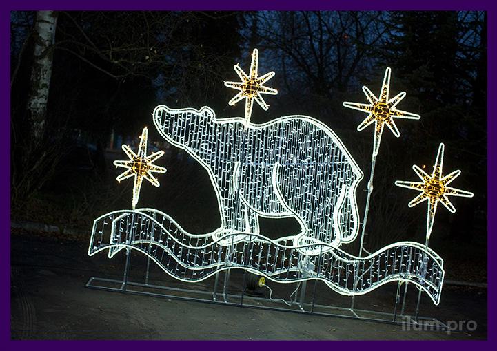 Белая металлическая фотозона с медведем из гирлянд