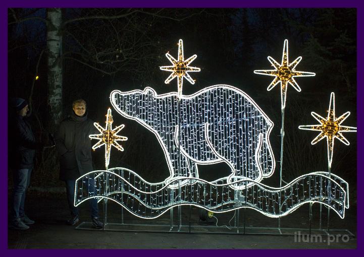 Новогодняя фотозона с белым медведем из гирлянд