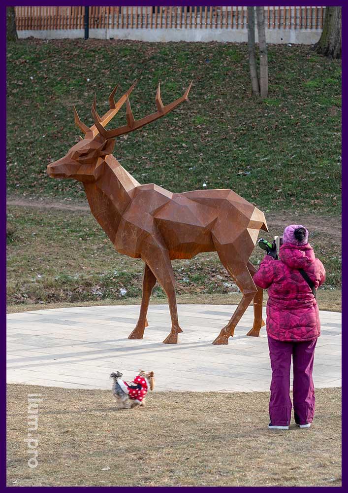 Фигура полигонального оленя для установке в парке