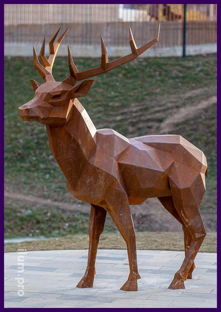 Металлическая полигональная скульптура высотой три метра в форме оленя