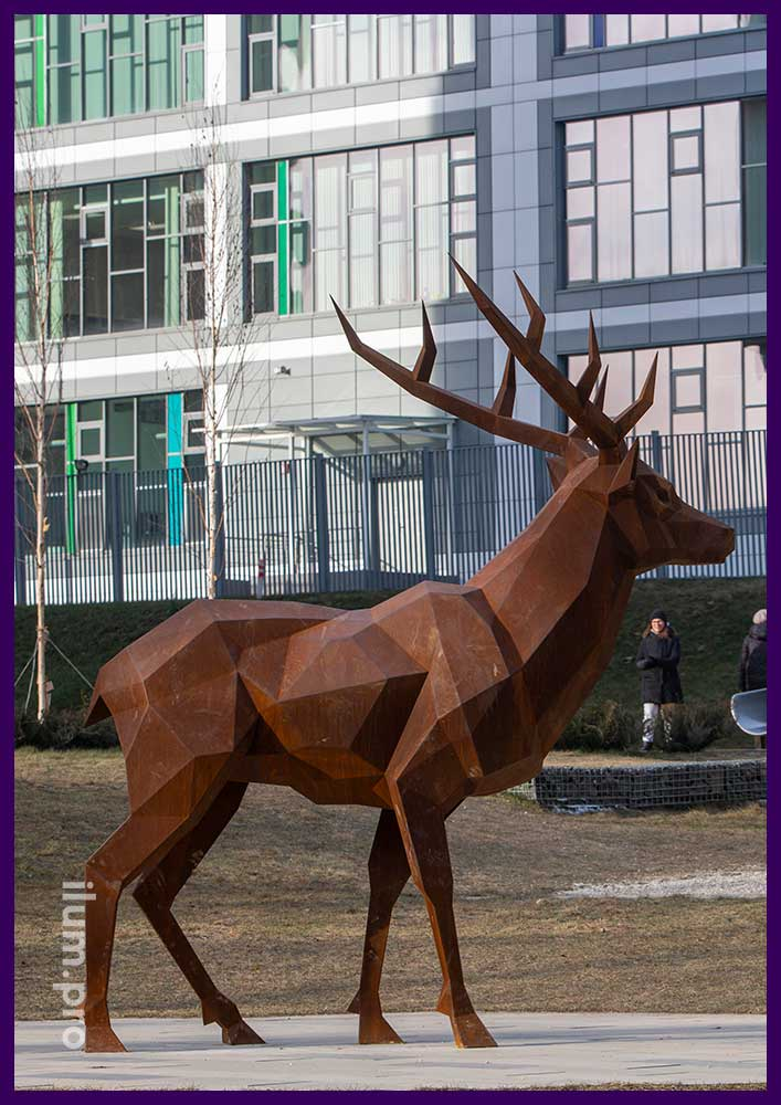 Полигональный олень из кортеновской стали на улице Москвы