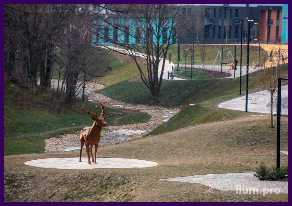 Арт-объект полигональный олень из cor-ten стали в парке у ручья