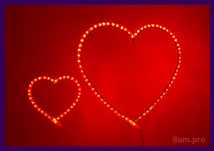 Красные светодиодные сердца из гирлянд на каркасе