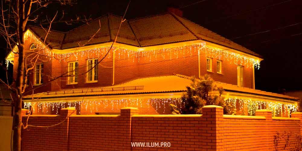 Подсветка новогодними гирляндами кирпичного дома