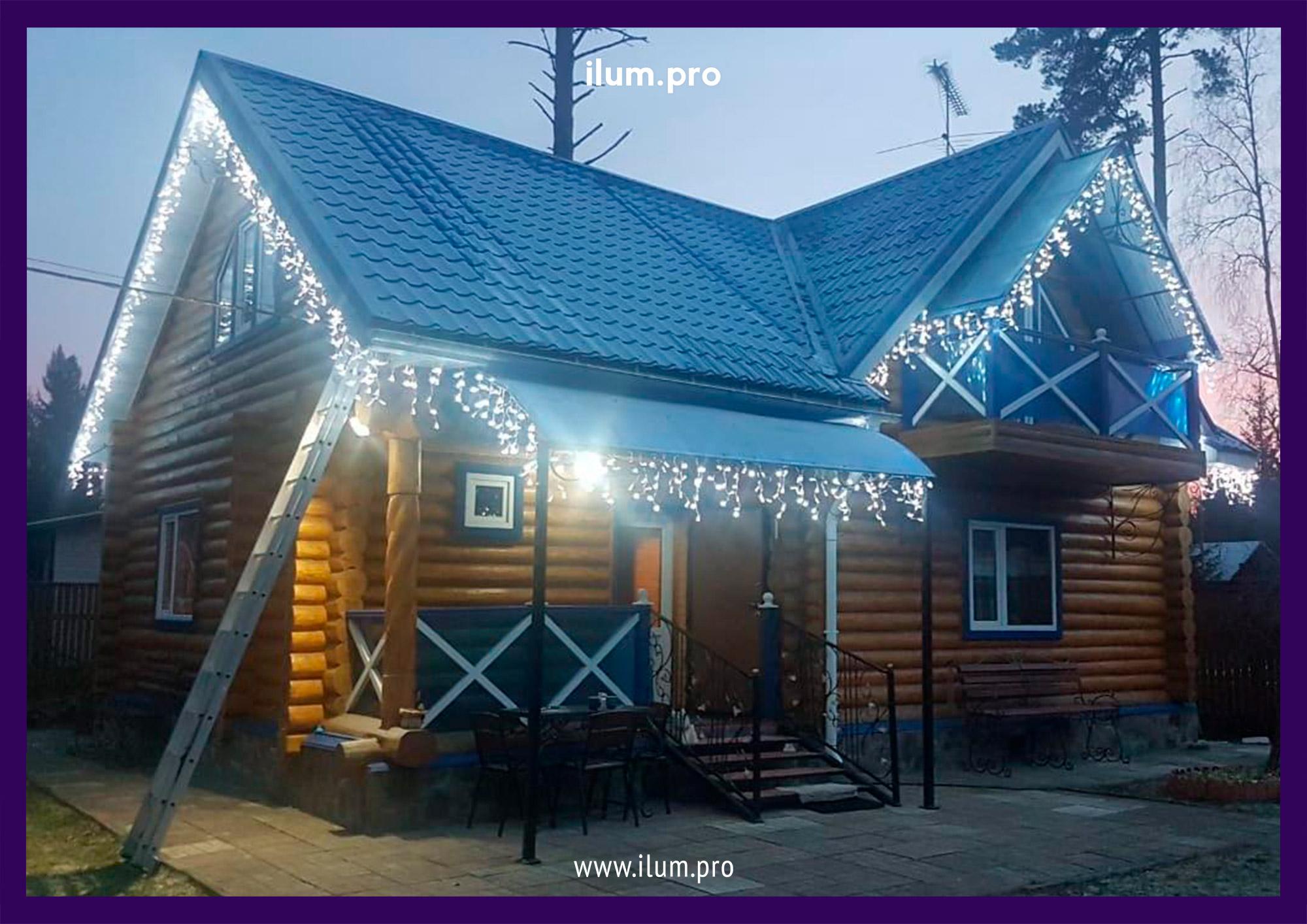 Украшение гирляндами крыши дома в Пушкинском районе
