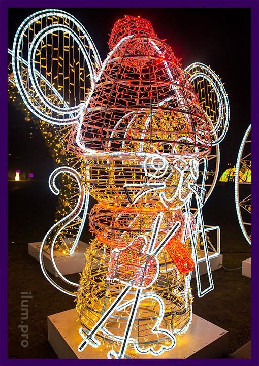 Символ года - мышь из металла и гирлянд разных цветов в Капотне