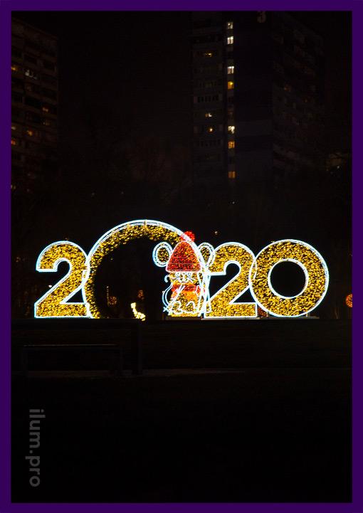 2020 из гирлянд на металлическом каркасе и мышонок в шапке с лыжами