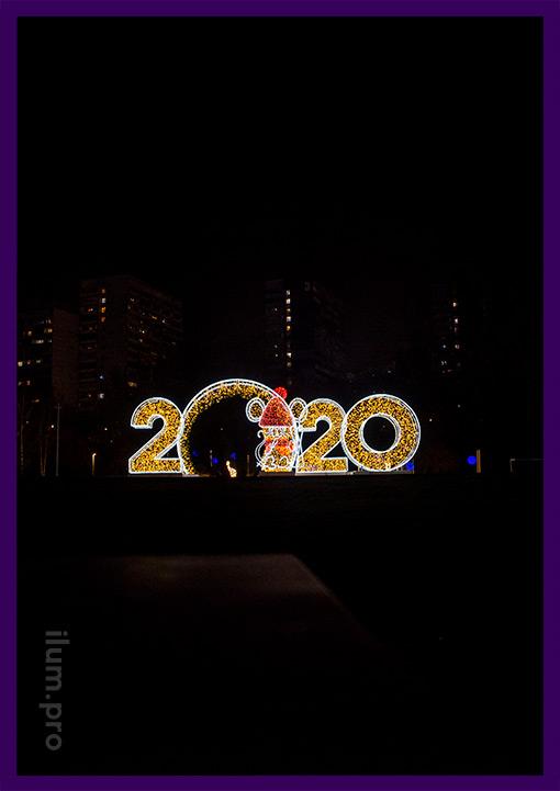 Уличная светодиодная фигура 2020 и мышка с гирляндами перед входом в парк