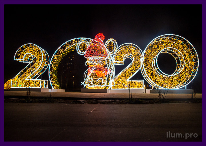 Светящиеся цифры высотой с человека и большая арка с хвоей и игрушками