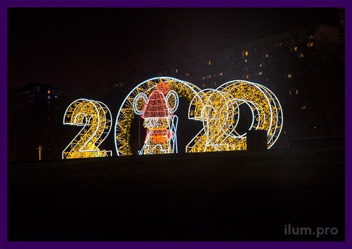 Уличные новогодние украшения перед парком в Подмосковье