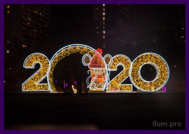 Светящиеся цифры 2020 на подиумах и объёмная фигура мыши с гирляндами