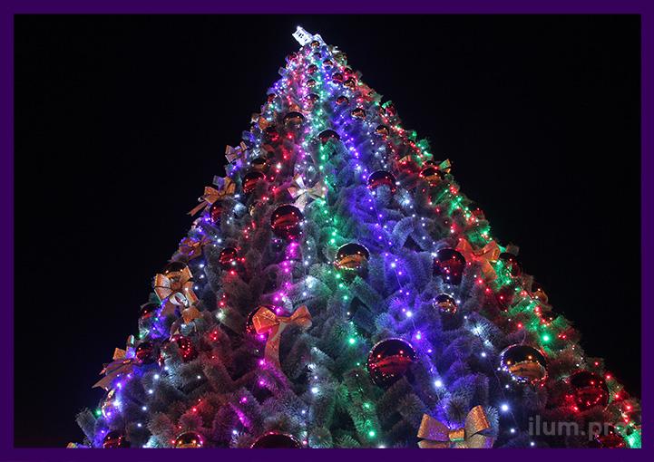 Подсветка уличной ёлки с гирляндами и пластиковыми шарами