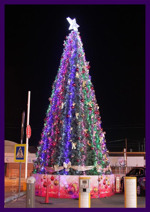 Большая уличная ёлка с гирляндами и шарами на Новый год