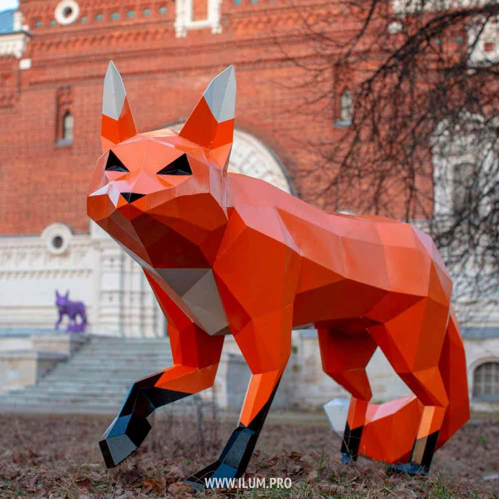 Полигональные лисы из металла в парке