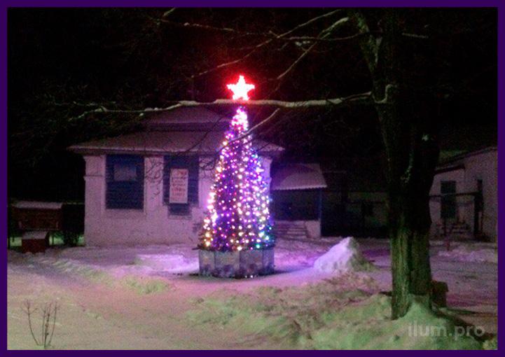 Украшение территории больницы небольшой уличной ёлкой на Новый год