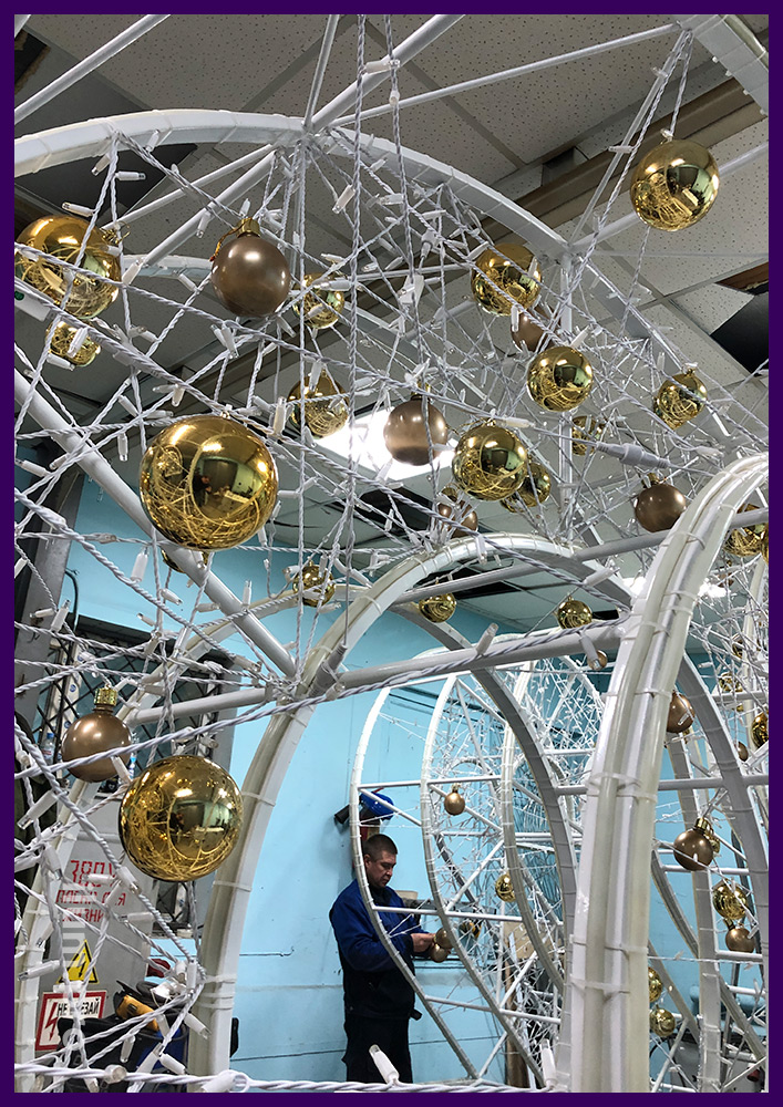 Цифры металлические со светодиодными гирляндами и глянцевыми шарами