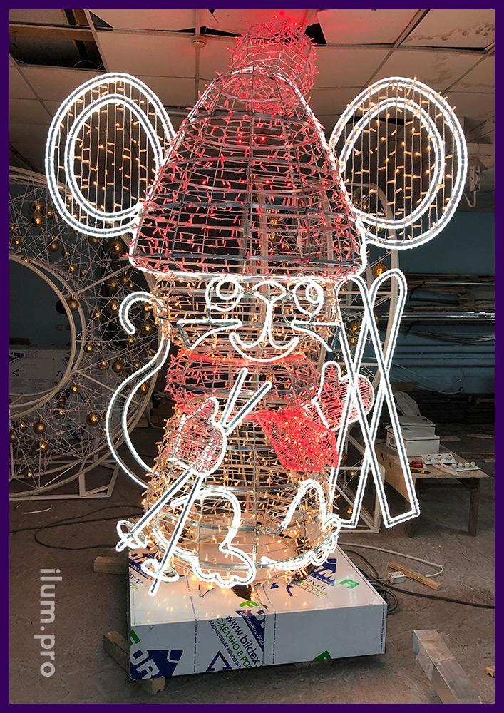 Фигура мышонка с лыжами и палками из алюминиевого объёмного каркаса с подсветкой