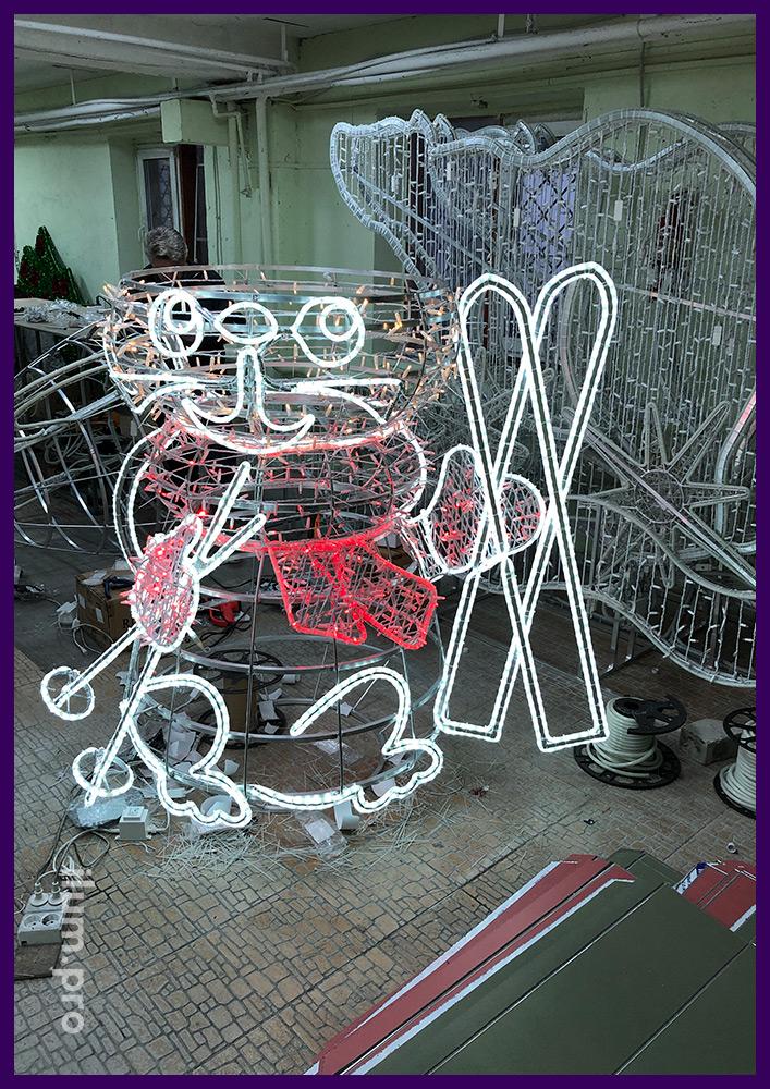 Сборка уличной световой фигуры в форме мышонка с лыжами и гирляндами