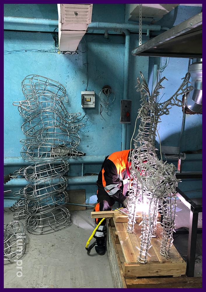 Сваривание оленя с гирляндами из алюминиевого прутка на Новый год