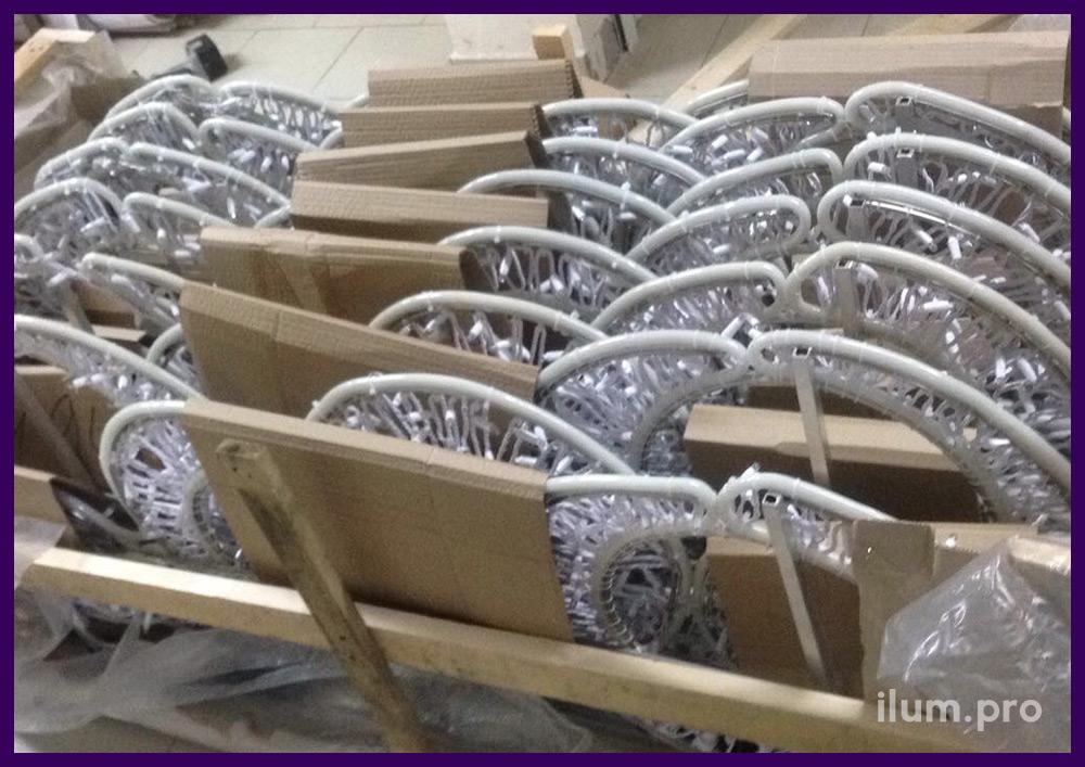 Упаковка светодиодных консолей для столбов в картон и плёнку для транспортировки