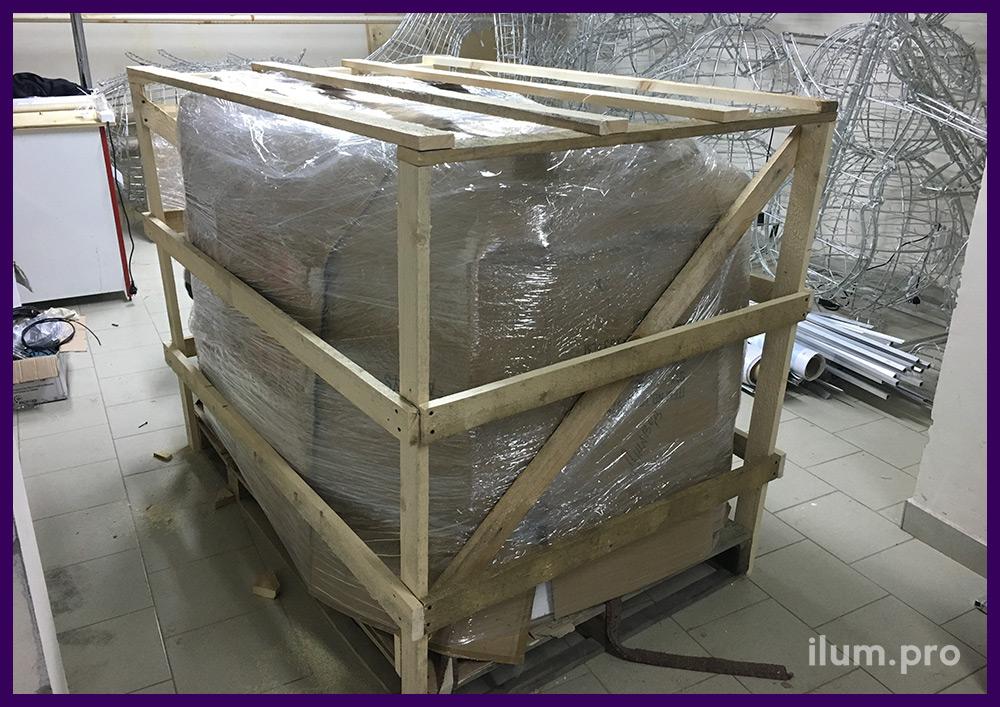 Ящик со светодиодными гирляндами и световыми фигурами перед отправкой заказчику