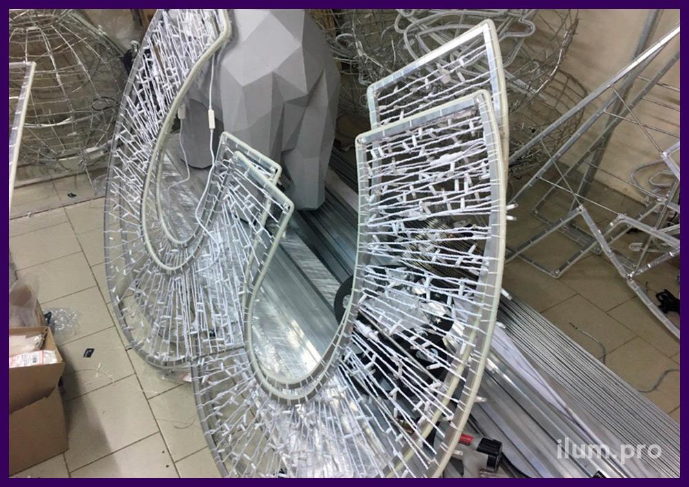 Цифры из металлического каркаса из алюминия и гирлянд в процессе сборки