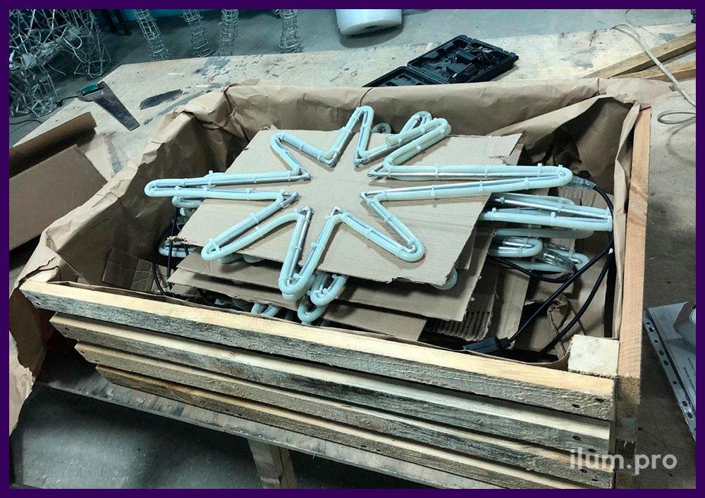 Упаковка звёзд из дюралайта на алюминиевом каркасе в короб из дерева