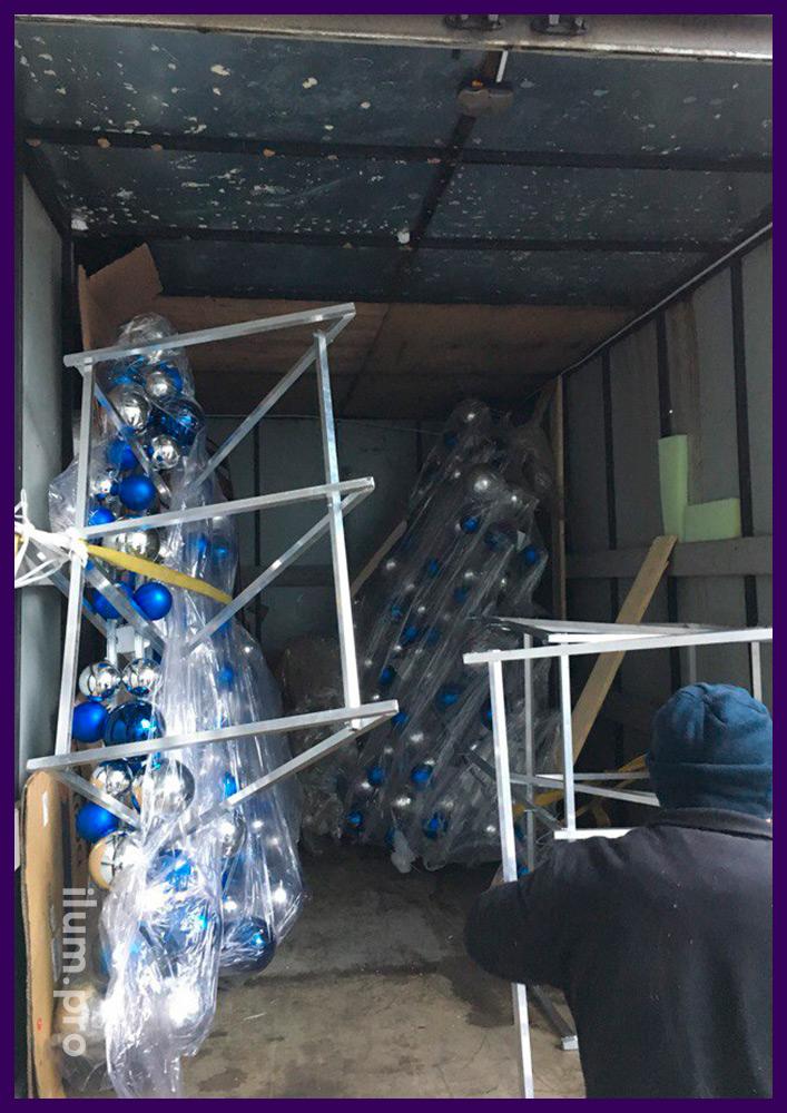 Отправка новогодних елей с гирляндами и шарами в упаковке в Воронеж