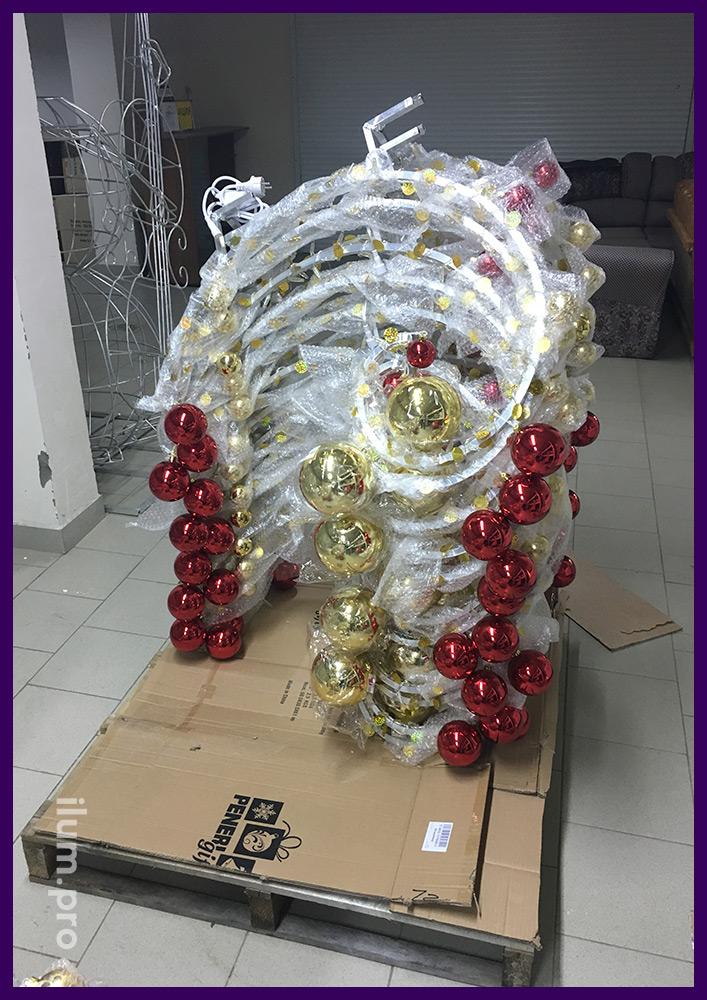 Упаковка круговых консолей в форме люстр с шарами, блёстками и гирляндами