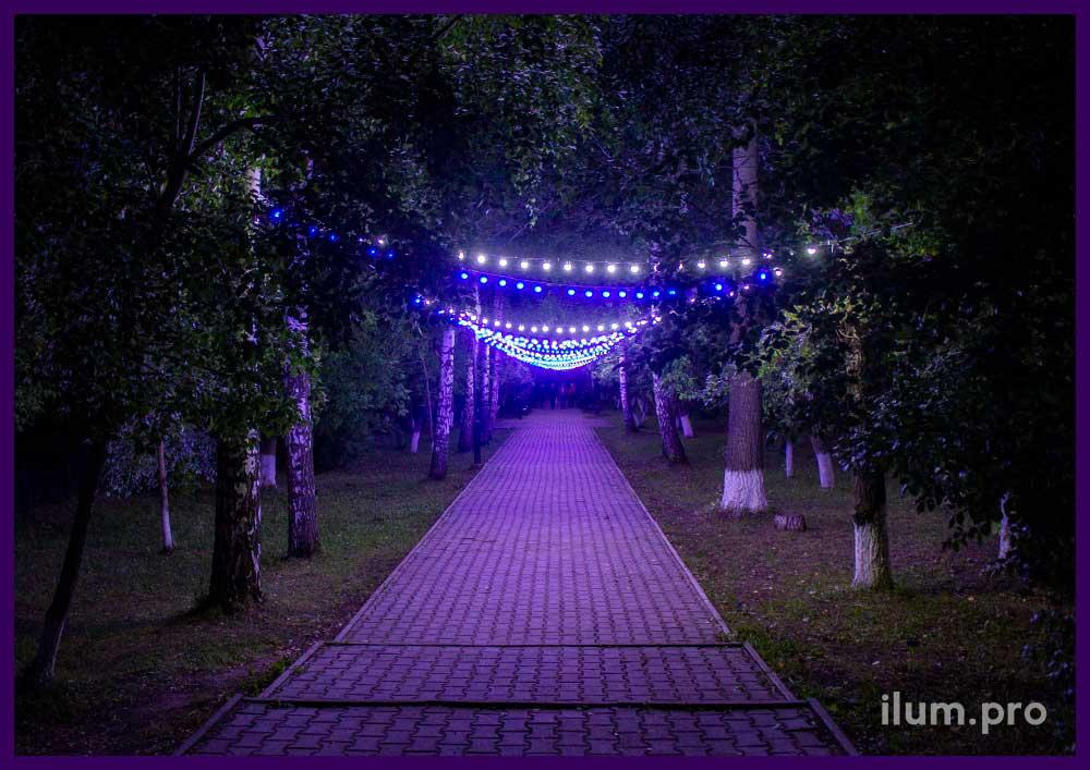 Подсветка парка гирляндами летом в Пермском крае