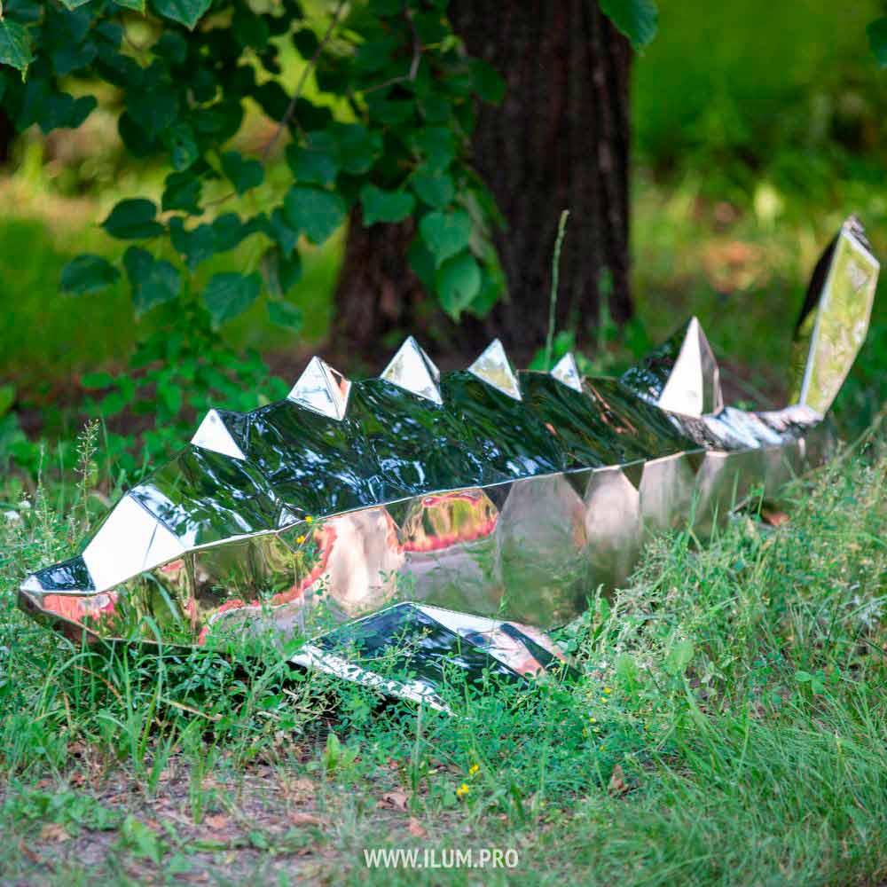 Зеркальная полигональная фигура осетра из стали