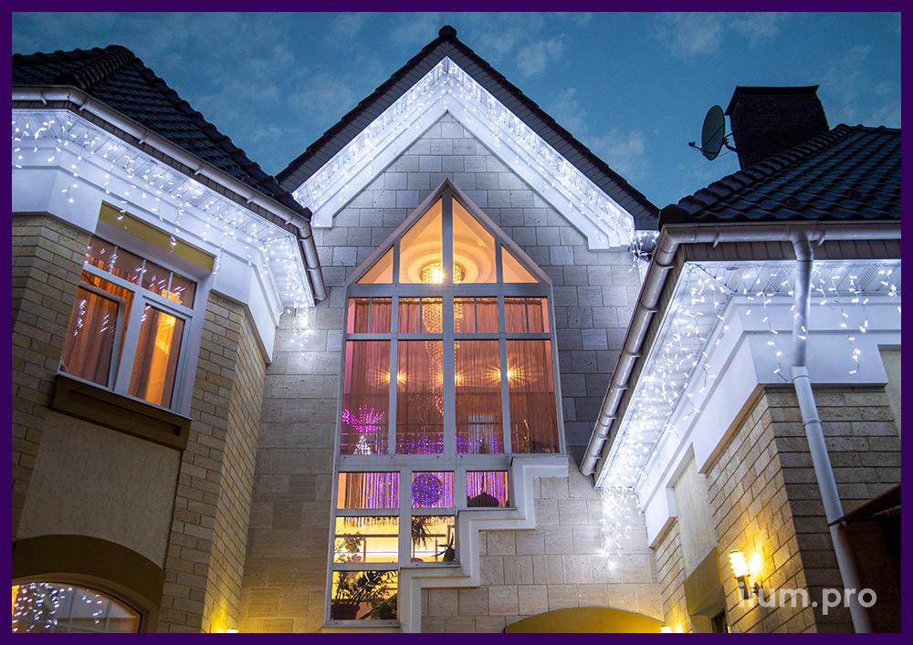 Украшение крыши дома уличной светодиодной бахромой с мерцанием белого цвета
