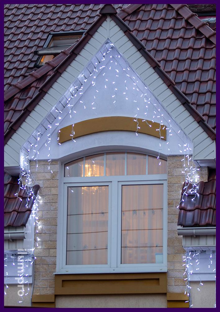 Светодиодная бахрома белая с мерцанием на доме в Подмосковье