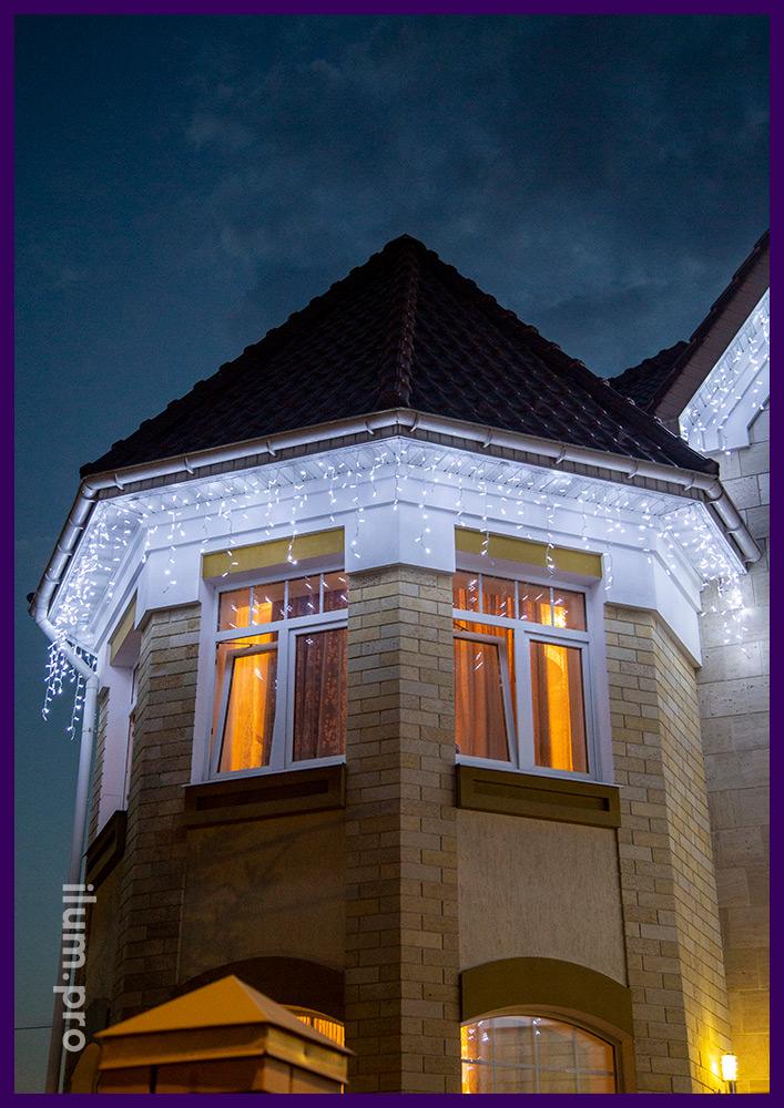 Украшение крыши коттеджа в Подмосковье светодиодной бахромой