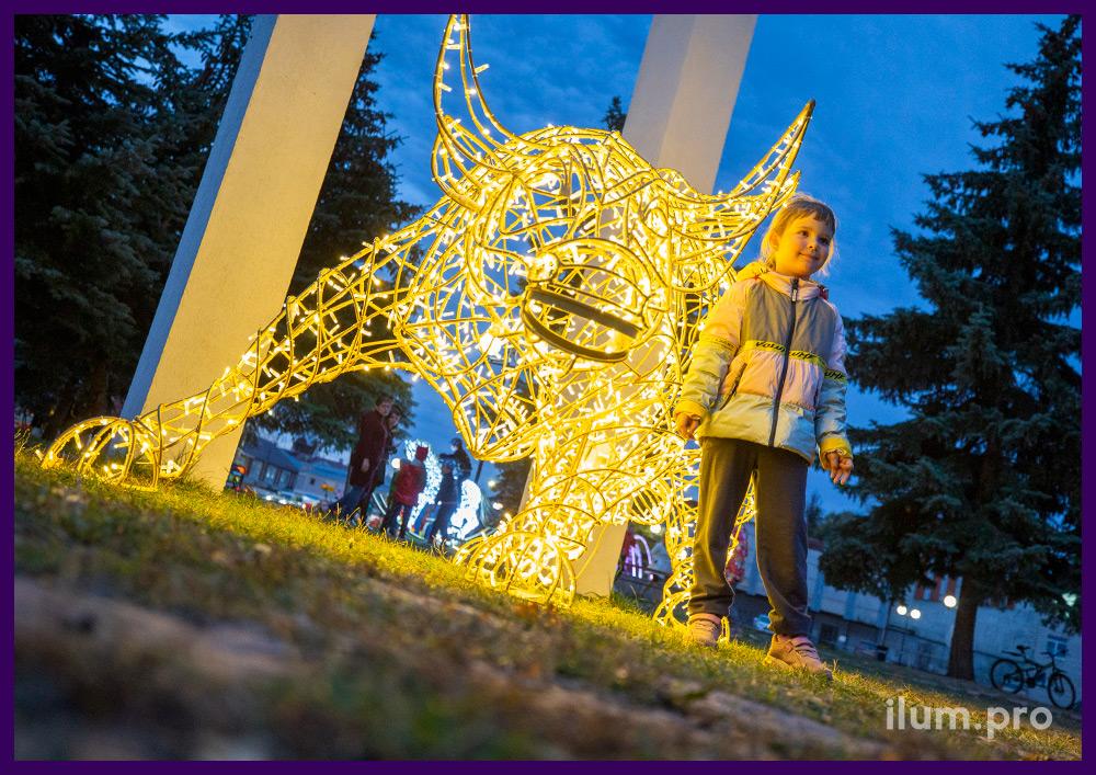 Бык светящийся из гирлянд на металлическом каркасе для украшения города на Новый год
